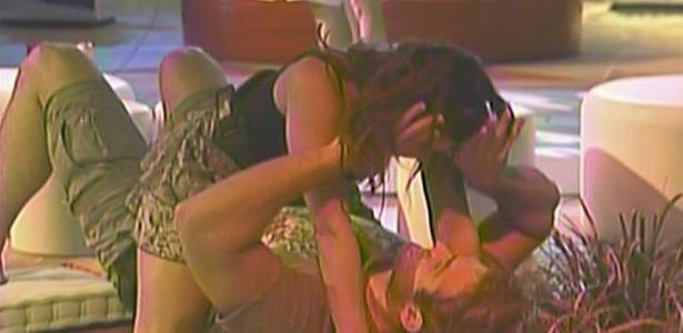 Wesley pergunta para Maria se vai rolar sexo depois da festa karaokê (27/3/11)