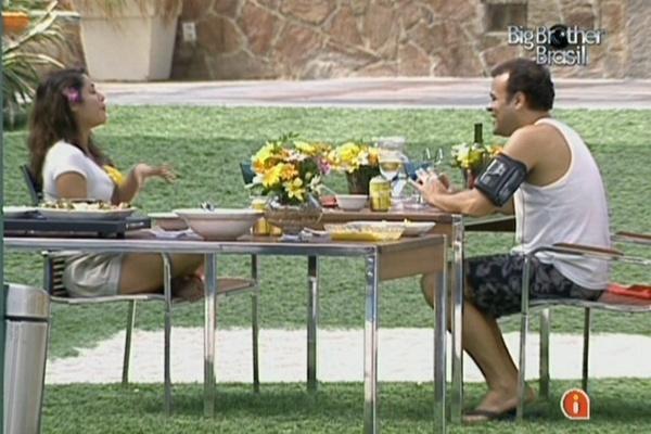 Maria e Daniel batem papo na mesa do almoço especial na tarde desta segunda-feira (28/3/11)
