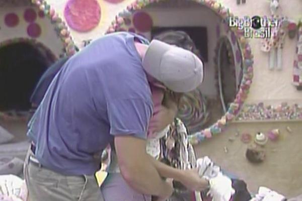 Wesley dá um abraço caloroso em Maria nesta manhã (28/3/11)