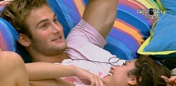 Wesley e Maria so s sorrisos por terem chegado at a final do programa (27/3/11)