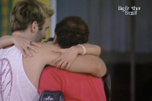 Após comunicado de Boninho, os finalistas se abraçam (29/3/11)