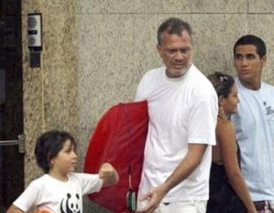 Pedro Bial vai com o filho José à praia de Ipanema (31/10)