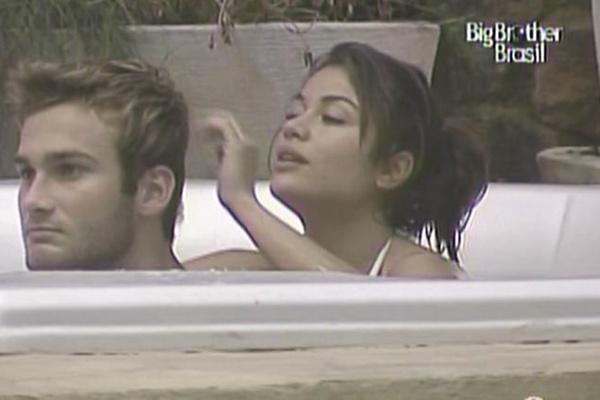 Maria arruma os cabelos de Wesley na banheira do confinamento (29/3/11)