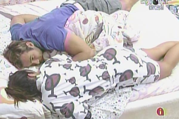 Maria e Wesley ficam namorando na cama depois do café da manhã (29/3/11)