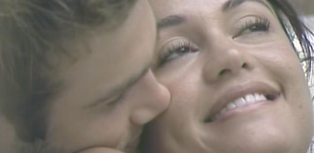 Maria ganha beijo de Wesley na banheira da casa (29/3/11)