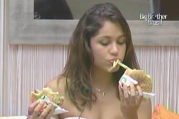 Maria se delicia com hambúrgueres que os finalistas do BBB11 ganharam (28/3/11)