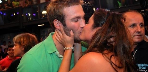 A campeã Maria ganha beijo apaixonado do segundo colocado Wesley (29/3/11)