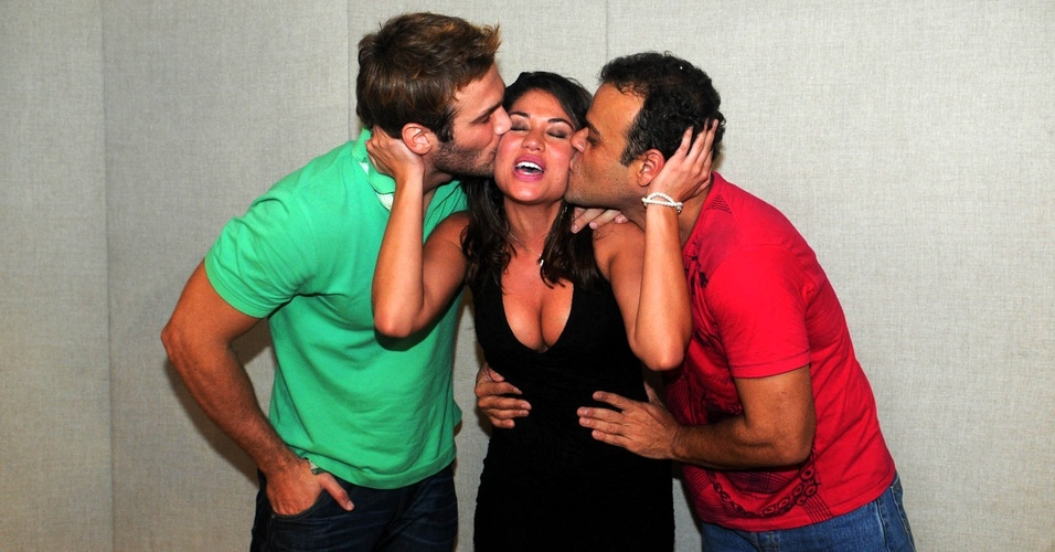 Maria (ao centro) recebe beijo no rosto de Wesley e Daniel, seu grandes companheiros no BBB11 (29/3/11)