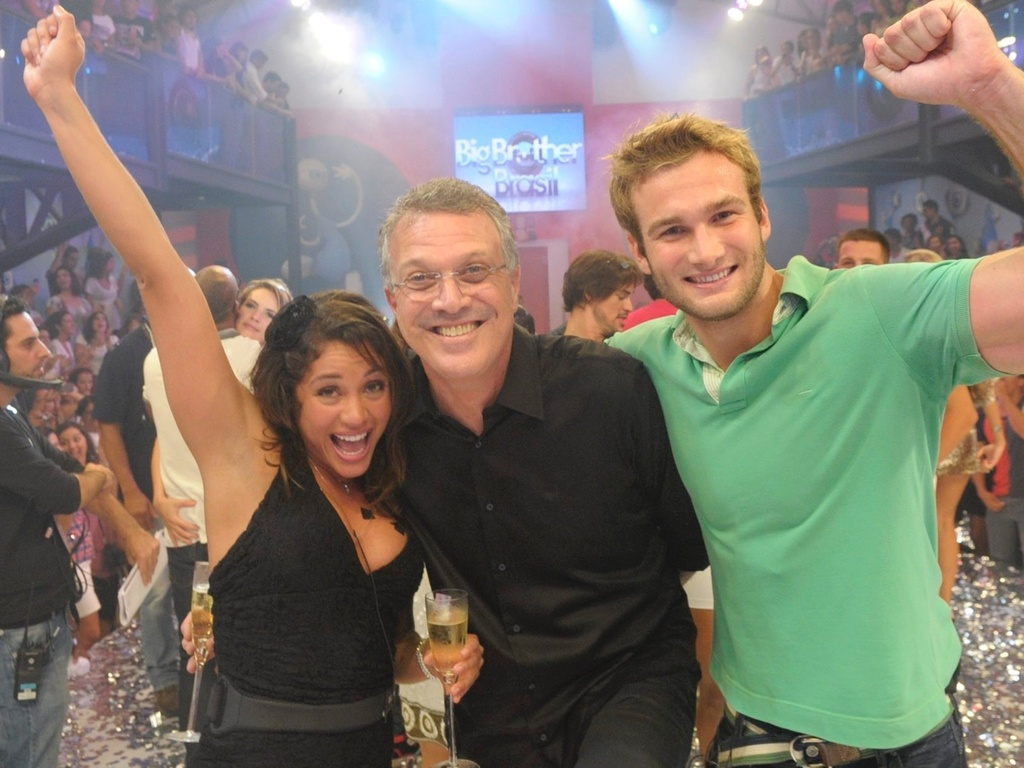 Maria comemora 1 lugar no BBB11 com o apresentador Pedro Bial e o namorado Wesley (30/3/11)