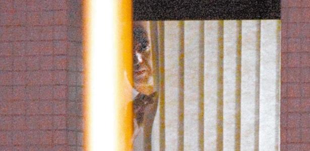 O governador afastado do Distrito Federal, José Roberto Arruda, aparece na janela da superintendência de Polícia Federal, em imagem do dia 4 de março