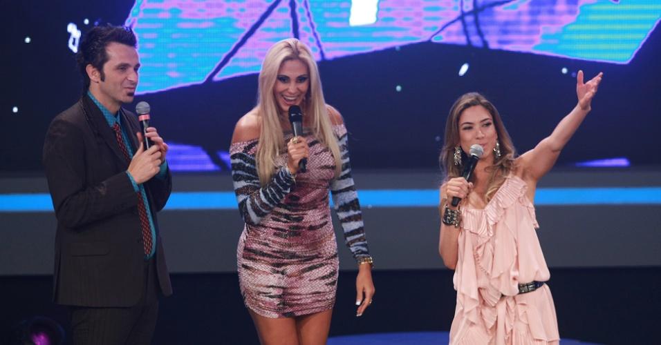 """Patricia Abravanel e Marcio Ballas apresentam o programa """"Cante Se Puder"""" com participação de Ângela Bismarchi, ao centro"""