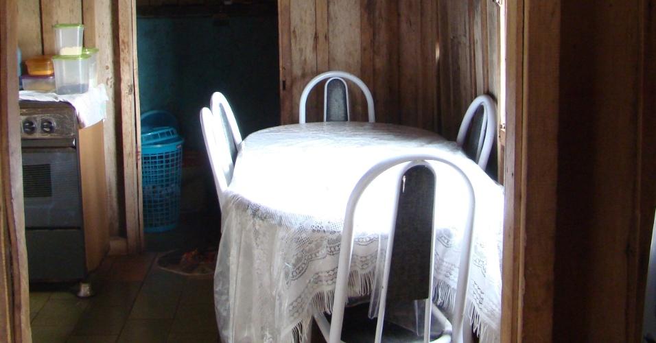 """A cozinha simples da casa onde Val Marchiori nasceu e cresceu hoje recebe poucas visitas da socialite. Em Caixa de São Pedro, os moradores misturam orgulho e constrangimento com a atuação de Val em rede nacional. Lá, a simplicidade é um valor sagrado e as frequentes alfinetadas da conterrânea nos mais humildes e nas outras """"ricas"""" não pegam nada bem (jan./2012)"""