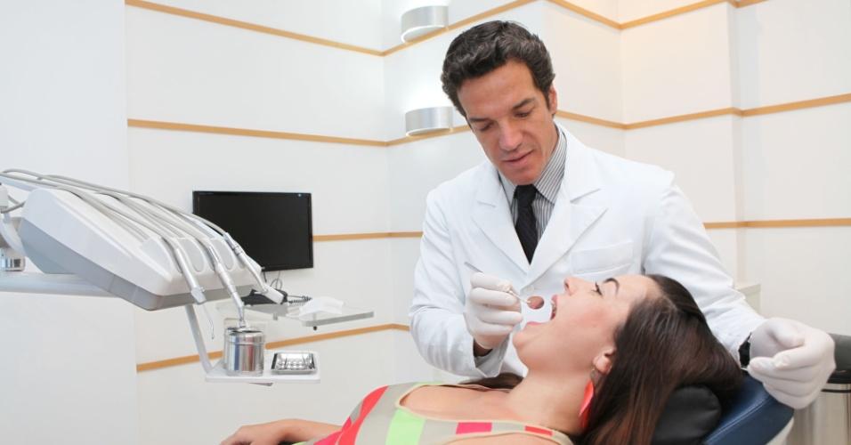Carlos Machado cuida da paciente Vivian Souza em seu consultório na zona sul carioca (26/1/12)