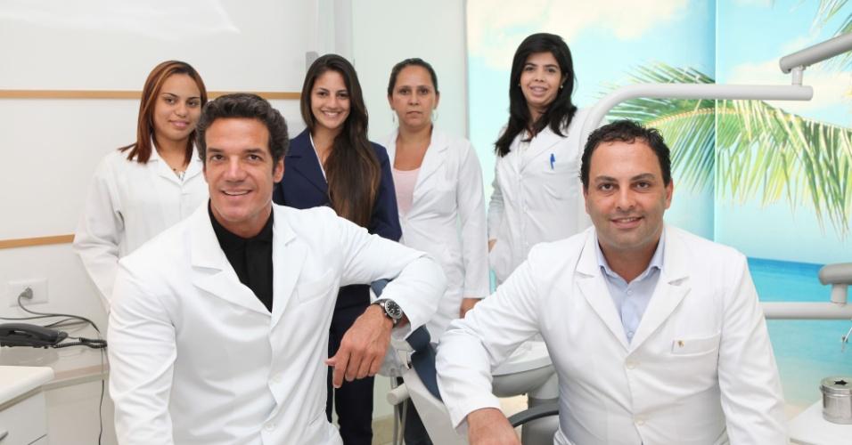 Carlos Machado posa ao lado da equipe de seu consultório de odontologia na zona sul carioca (26/1/12)