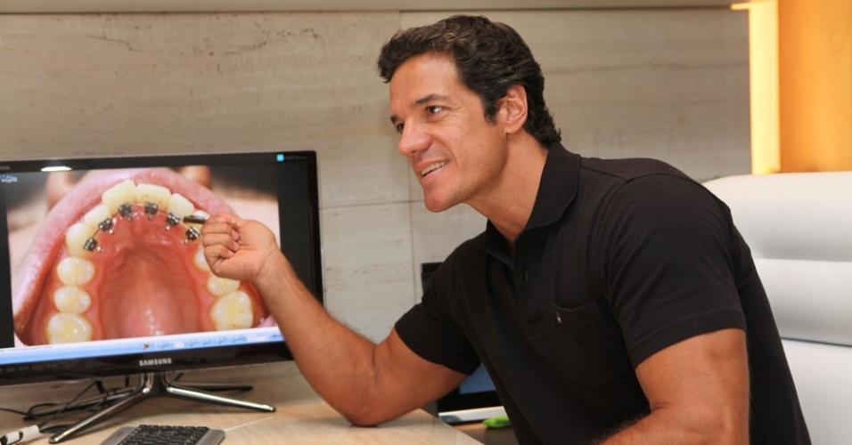 Carlos Machado posa para foto em seu consultório de odontologia na zona sul carioca (26/1/12)