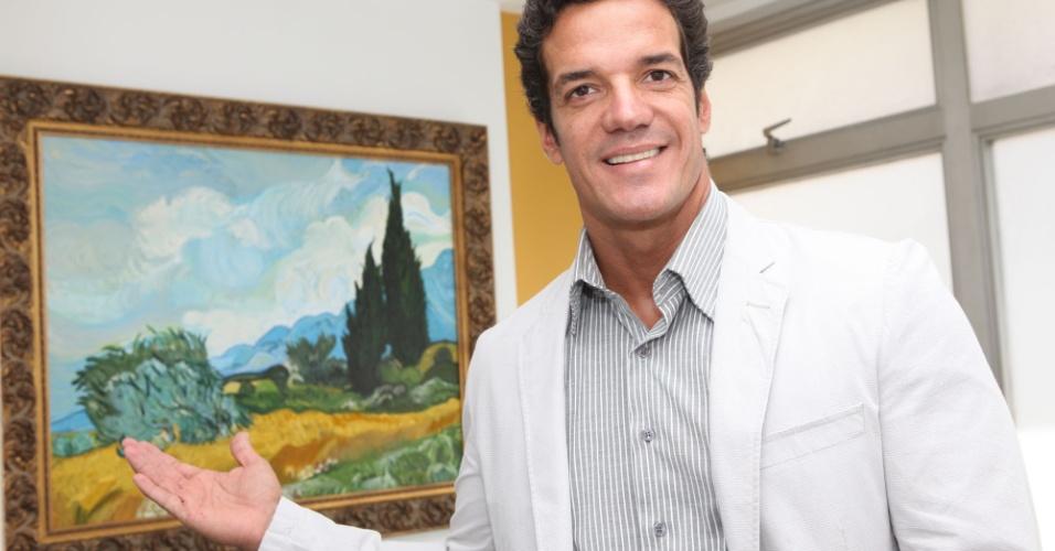 Carlos Machado posta foto ao lado de um quadro pintado por ele em seu consultório na zona sul carioca (26/1/12)