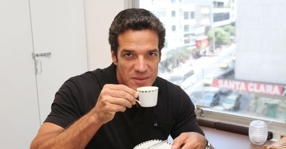 Carlos Machado toma café em seu consultório de odontologia na zona sul carioca (26/1/12)