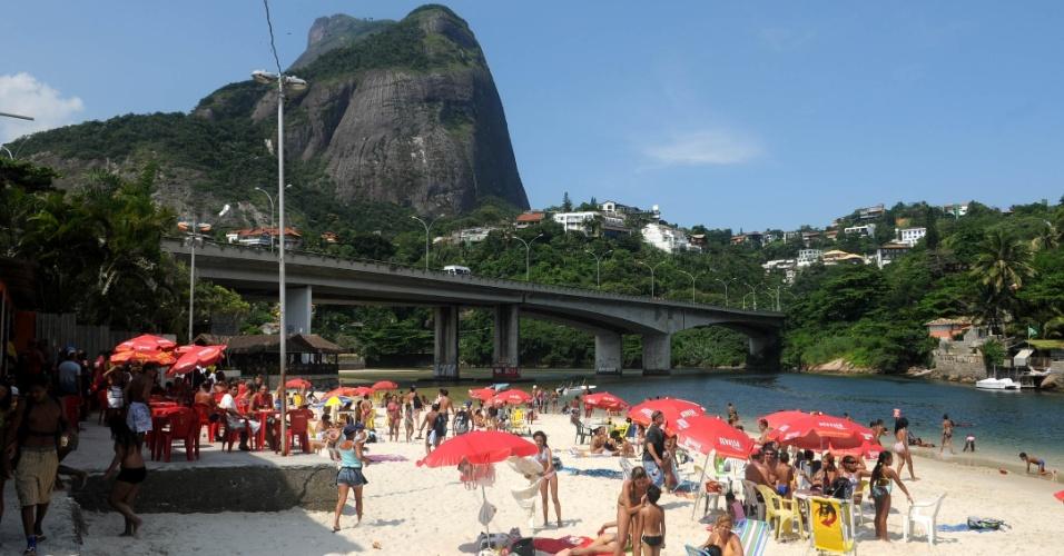 Moradores curtem dia de Sol no Quebra-Mar, Barra da Tijuca, zona oeste do Rio