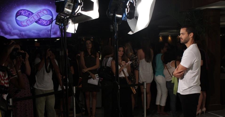 """Carmo Dalla Vecchia posa para fotos em apresentação para a imprensa da novela """"Amor Eterno Amor"""", no Rio de Janeiro (14/2/12)"""