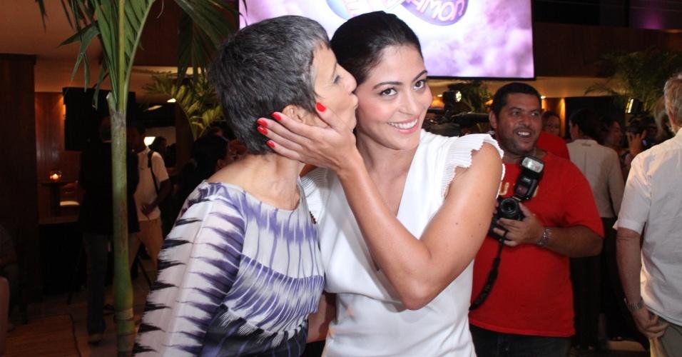 """Cássia Kiss beija Carol Castro em apresentação para a imprensa da novela """"Amor Eterno Amor"""", no Rio de Janeiro (14/2/12)"""