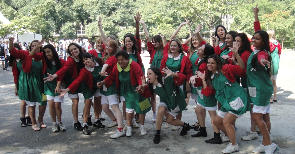 """Em comemoração ao aniversário de 83 anos de Roberto Bolaños, o intérprete de Chaves, na próxima terça-feira (21), o Sbt reuniu 500 fãs do seriado -- divididos em 100 """"Chiquinhas"""", 100 """"Quicos"""" e 300 """"Chaves"""" -- para dançarem o hit ?Que Bonita a Sua Roupa? no Parque Ibirapuera, em São Paulo (15/2/12)"""