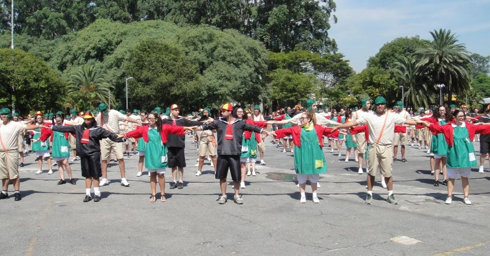 """Fãs de """"Chaves"""" dançam no Parque do Ibirapuera em comemoração ao aniversário de 83 anos de Roberto Bolaños (15/2/12)"""