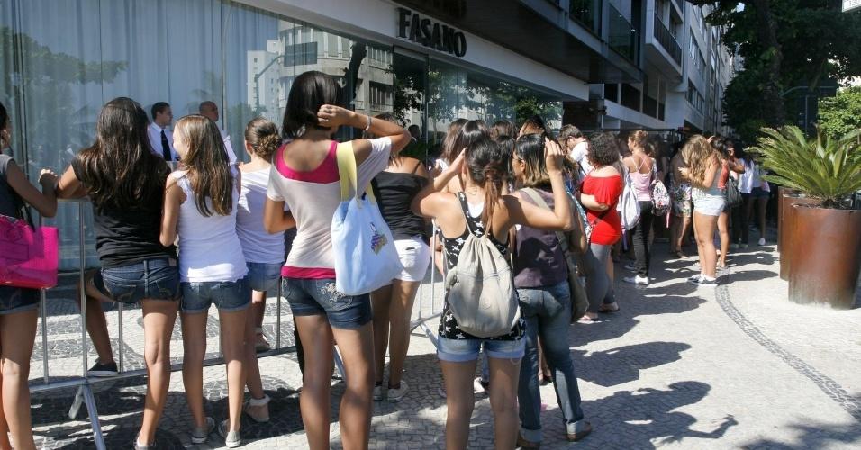 """Fãs se aglomeram na porta do hotel onde estão hospedadas as atrizes de """"Pretty Little Liars"""" (29/2/2012)"""