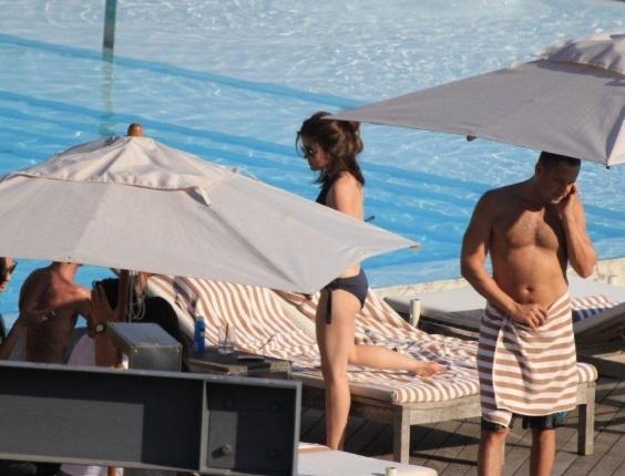 """Lucy Hale curte piscina em hotel da zona sul do Rio (29/2/2012). A atriz está na cidade para promover a segunda temporada do seriado """"Pretty Little Liars"""""""