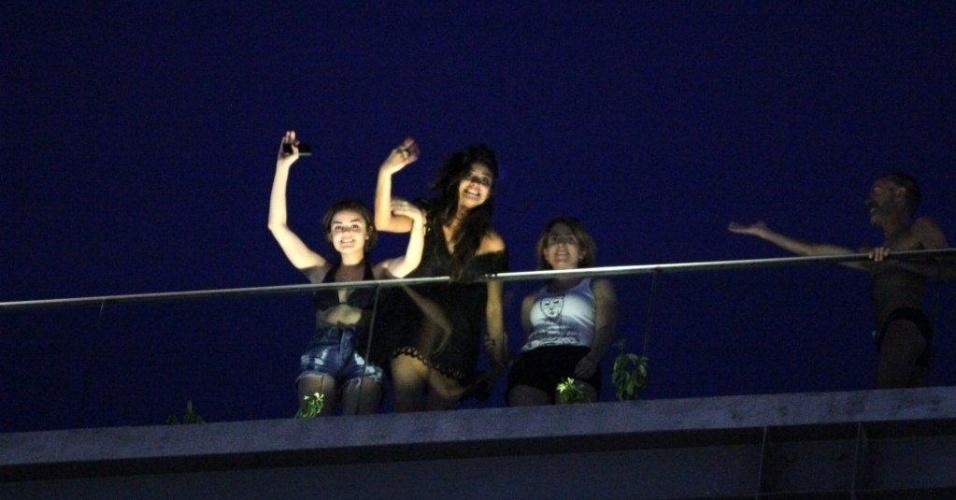 """Shay Mitchell e Lucy Hale acenam para os fãs do hotel em que estão hospedadas na zona sul do Rio (29/2/2012). A atrizes estão na cidade para promoverem a segunda temporada de """"Pretty Little Liars"""""""