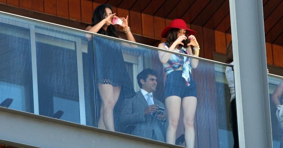 """Shay Mitchell e Lucy Hale na sacada do hotel na zona sul do Rio (29/2/2012). A atrizes estão na cidade para promoverem a segunda temporada de """"Pretty Little Liars"""""""