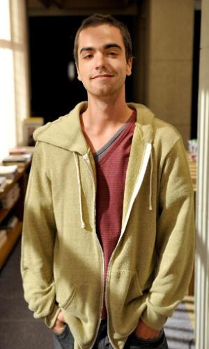 Bernardo Marinho é Beto. Trabalha na revista Cena Contemporânea. Amigo de Bruno (Miguel Rômulo), às vezes ?acampa? na casa de Jáqui (Suzy Rêgo)