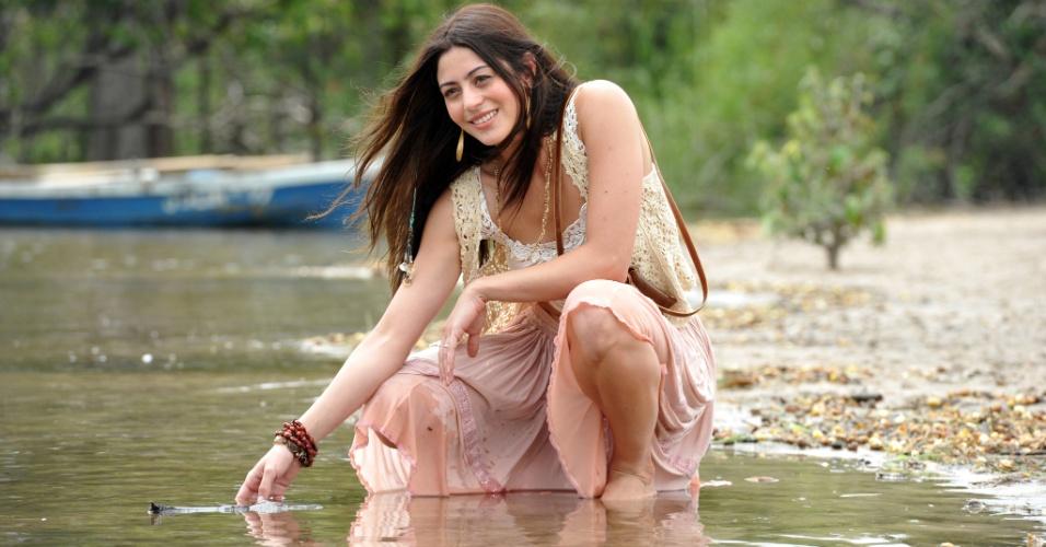Carol Castro é Jacira. Esposa de Tobias (Erom Cordeiro), trabalha e vende artesanato local com auxílio da cunhada Gracinha (Daniela Fontan)