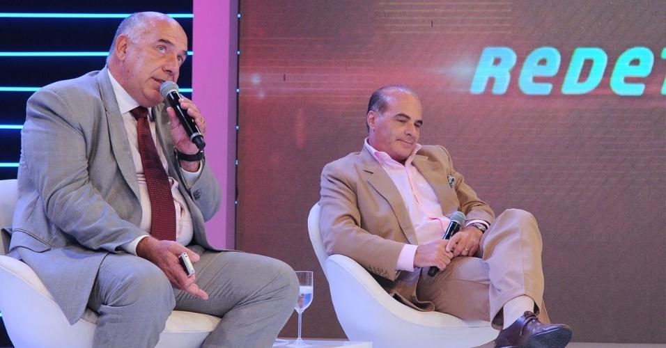 """Da esquerda para a direita, Amilcare Dallevo e Marcelo de Carvalho, presidente e vice-presidente da Rede TV!, fazem entrevista coletiva para a imprensa sobre a saída do """"Pânico"""" da emissora (1/3/12)"""