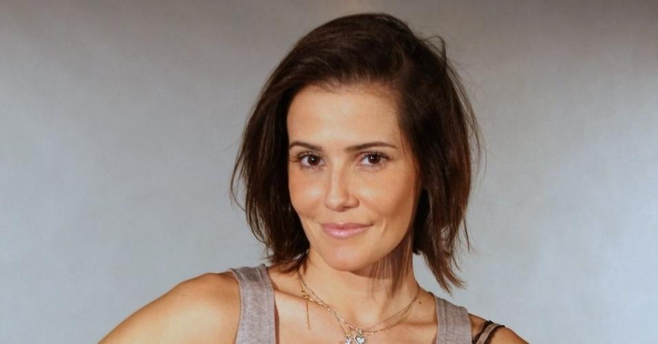 Deborah Secco interpreta Giovana, uma escritora bem-sucedida de livros sobre relacionamentos que decidiu investir na carreira para conquistar seus sonhos. Ela larga o marido Léo (Du Moscovis) por não aguentar mais as diferenças entre eles e sua falta de ambição.