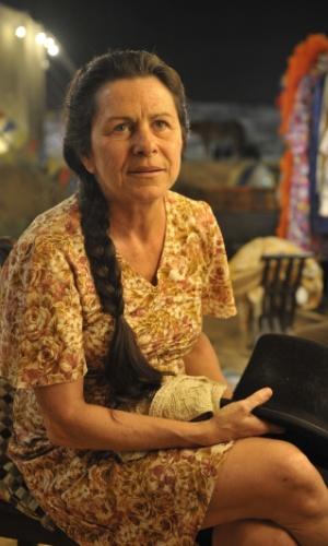 Denise Weinberg é Angélica. Mulher forte que faz de tudo para proteger Carlos (Caio Manhete) do padrasto Virgílio (Osmar Prado)