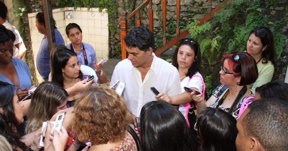 """Eduardo Moscovis é cercado pela imprensa na apresentação da série """"Louco por Elas"""", no Rio de Janeiro  (1/3/2012)"""
