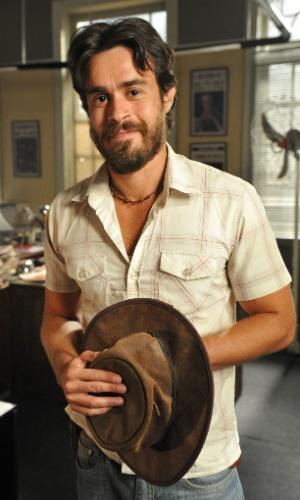 Erom Cordeiro é Tobias. Foi criado como irmão de Carlos (Gabriel Braga Nunes), com quem trabalha na fazenda de búfalos. É casado com Jacira (Carol Castro)