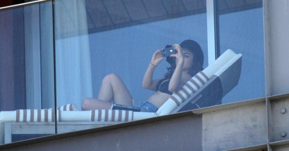 """Lucy Hale  na sacada do hotel na zona sul do Rio (1/3/2012). Ela e Shay Mitchell estão na cidade para promoverem a segunda temporada de """"Pretty Little Liars"""""""