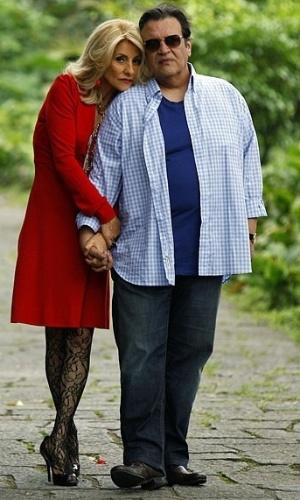 Luis Melo é Dimas. Marido de Melissa (Cássia Kiss), comunga das ideias tortas da mulher e sonha em ficar com a fortuna de Verbena (Ana Lucia Torre)