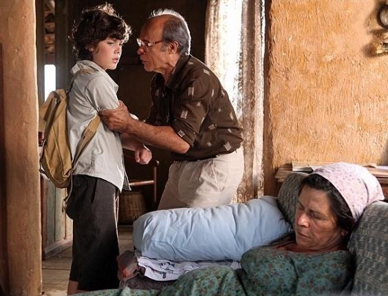 Carlos (Caio Manhente) acusa seu pai de criação, Virgílio, de ter matado Angélica (Denise Weinberg), mãe de criação do garoto. No ar dia 5/3/12