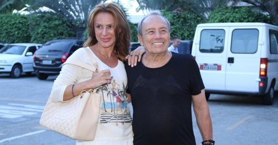 """Stênio Garcia e sua mulher, Marilene Saade, chegam para ver último capítulo de """"A Vida da Gente"""" (2/3/12)"""