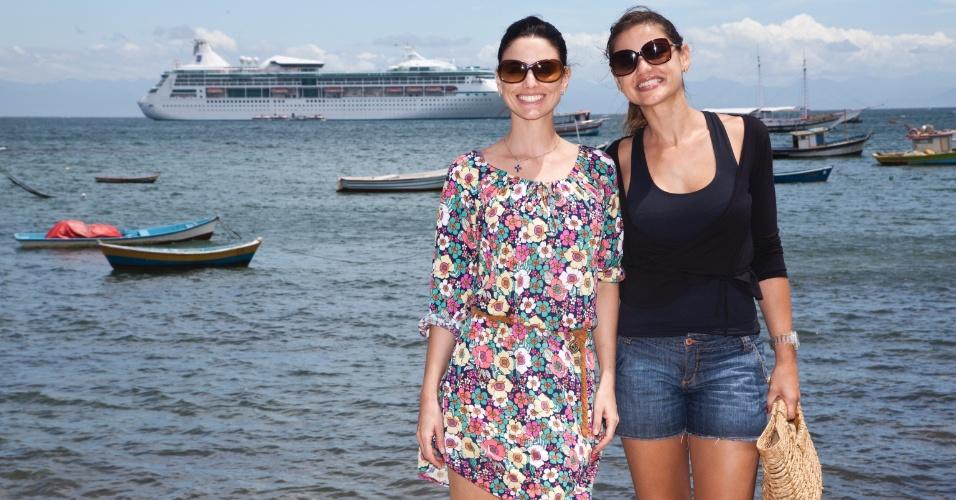 As atrizes Luli Muller e Gabriela Durlo fotografam em Búzios