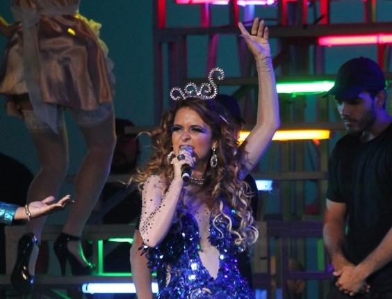 """Cláudia Abreu canta """"Ex-My Love"""", acompanhada de Gaby Amarantos e sem playback em evento da Globo"""