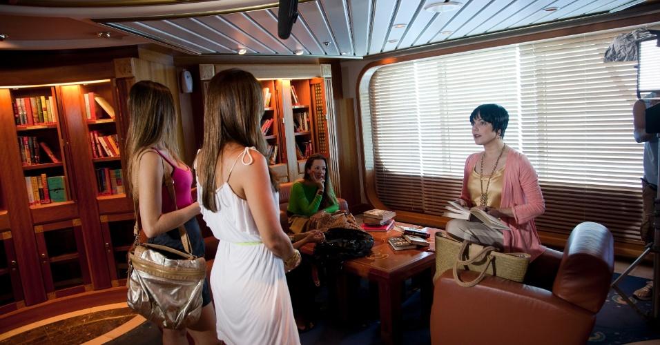Em cena da novela, Valéria (Betty Lago)  conversa na cabine com Flávia e Vera