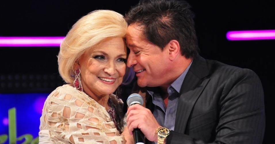 Hebe Camargo recebe o carinho do cantor Leonardo em seu programa (5/3/12)