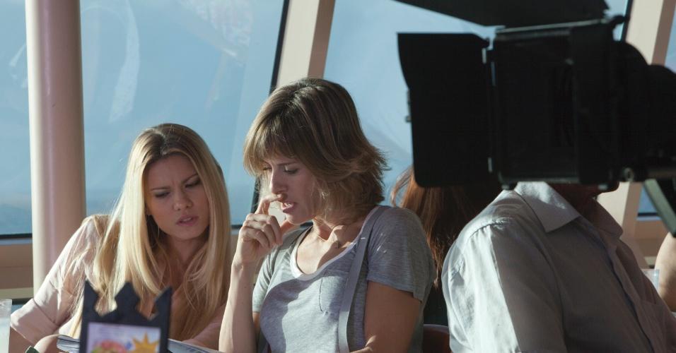 Na trama, as irmãs Luma (Karen Junqueira) e Tônia (Daniela Galli) passam o texto no restaurante do navio antes da gravação