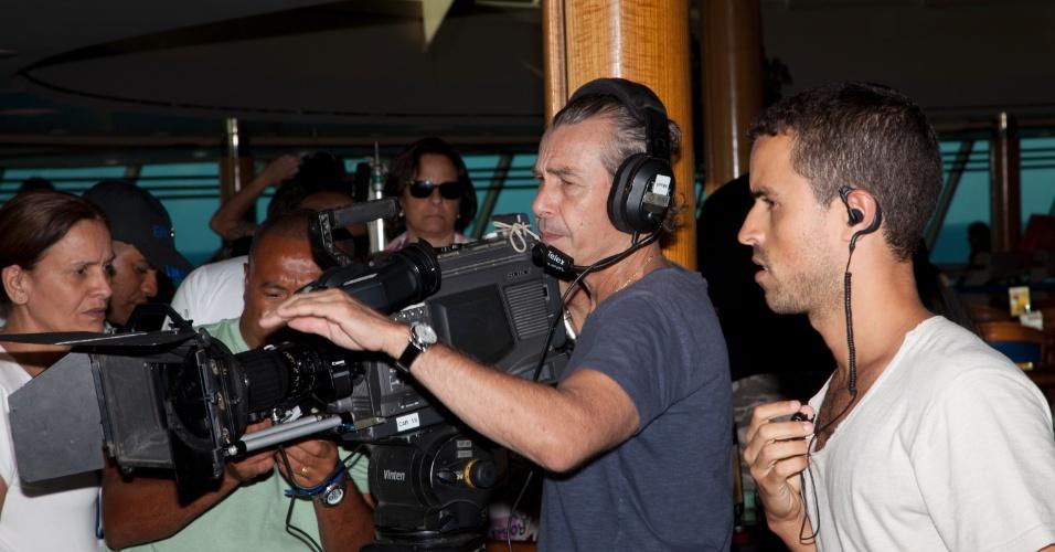 O diretor Ignácio Coqueiro comanda e também filma cenas no navio