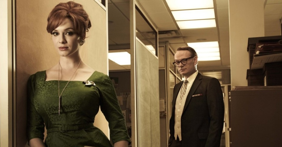 Joan Harris (Christina Hendricks) e Lane Pryce (Jared Harris) em imagem da 5ª temporada de Mad Men