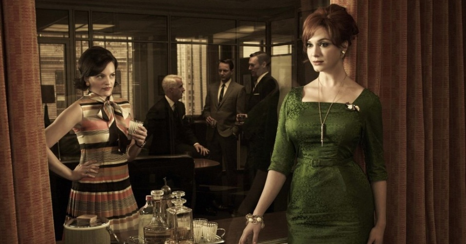 Peggy Olson (Elisabeth Moss) e Joan Harris (Christina Hendricks) em imagem da 5ª temporada de Mad Men