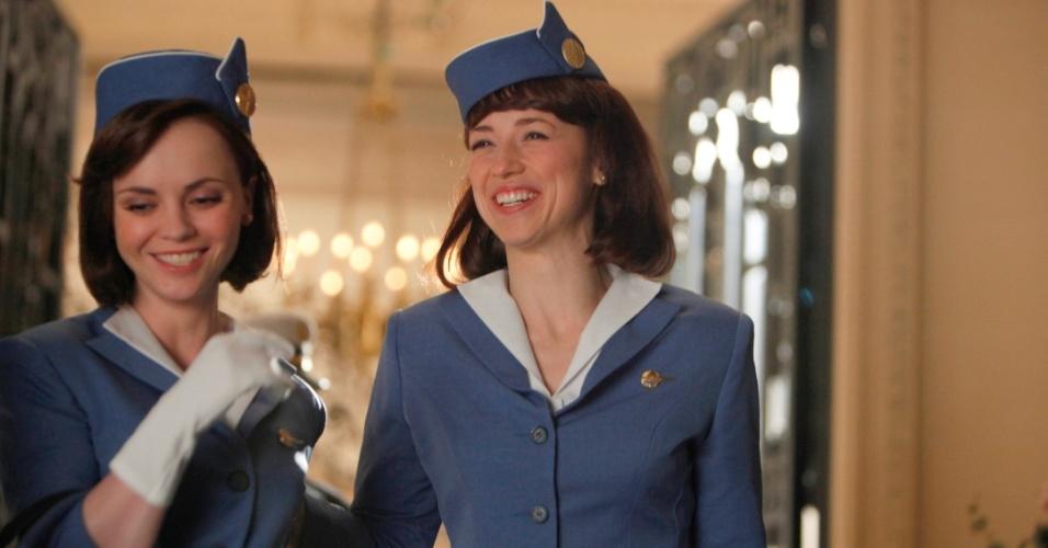 Maggie Ryan (Christina Ricci) e Colette Valois(Karine Vanasse)  conversam no aeroporto